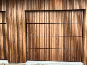 træ Ledhejseport med lodret lister