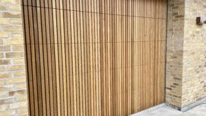 Træ ledhejseport med lodrette lister